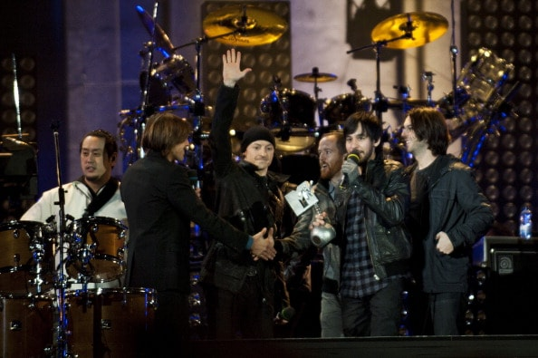 MADRID, SPAIN - NOVEMBER 07: (L-R) Joe Hahn, Chester Bennington, Phoenix, Mike Shinoda and Rob Bourdon of Linkin Park receive a MTV Award on stage at Puerta de Alcala on November 7, 2010 in Madrid, Spain. (Photo by Jordi Vidal/Getty Images)