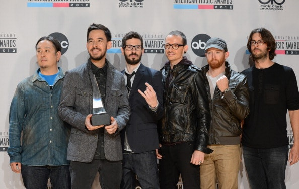 LOS ANGELES, CA - NOVEMBER 18:  (L-R) Musicians Joe Hahn, Mike Shinoda, Brad Delson, Chester Bennington, Dave Farrell, and Rob Bourdon of Linkin Park pose with Favorite Alternative Artist award in the press room at the 40th American Music Awards held at Nokia Theatre L.A. Live on November 18, 2012 in Los Angeles, California.  (Photo by Jason Merritt/Getty Images)