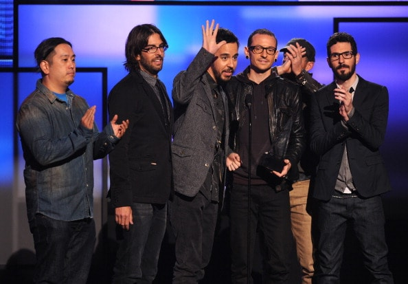 LOS ANGELES, CA - NOVEMBER 18:   (L-R) Musicians Joe Hahn, Rob Bourdon, Mike Shinoda, Chester Bennington, Dave Farrell and Brad Delson of Linkin Park accept the award for Favorite Alternative Rock Artist onstage during the 40th American Music Awards held at Nokia Theatre L.A. Live on November 18, 2012 in Los Angeles, California.  (Photo by Kevin Winter/Getty Images)