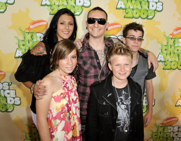 LOS ANGELES, CA - MARCH 28:  Musician Chester Bennington (C), wife Talinda Bentley (L) and guests arrive at Nickelodeon's 2009 Kids' Choice Awards at UCLA's Pauley Pavilion on March 28, 2009 in Westwood, California.  (Photo by Kevin Winter/Getty Images)